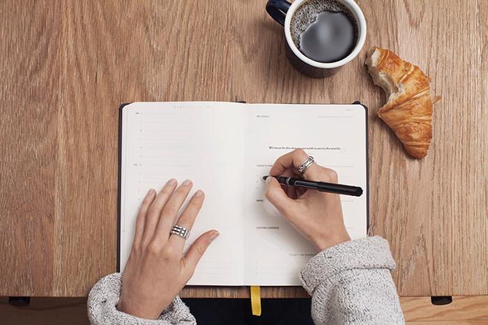 robię zapiski w plannerze