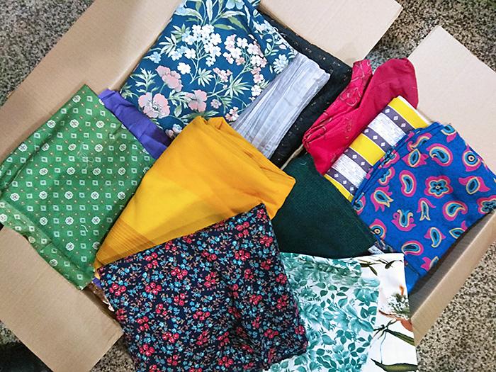 kolorowe tkaniny w kartonie
